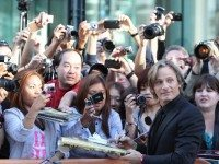 Viggo makes nice with the public. (Very nice, in fact: when the screening was delayed, he came back out  to sign more autographs.)