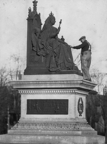 Fall cleaning of Queen Victoria statue, Queen's Park    [ca  1920]