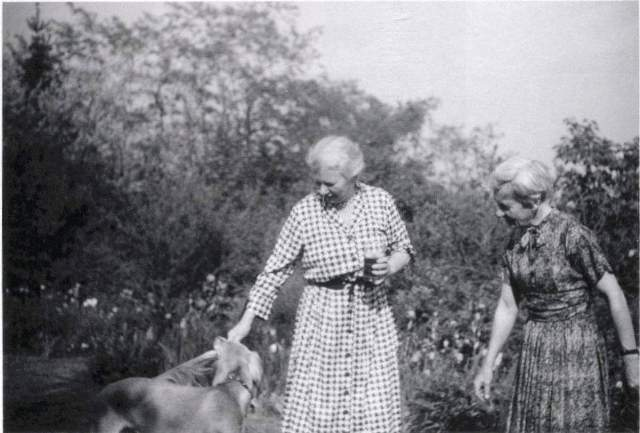Edith and Frieda in later years.  University of Toronto Archives, Fraser Family Records B1995-0044, sous-fonds 2, Box 015P.