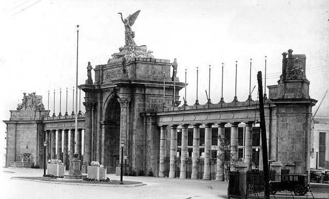 Princes' Gates, Canadian National Exhibition, Toronto, (Commercial Department), photographed by Alfred Pearson, August 12, 1929. City of Toronto Archives, Fonds 16, Series 71, Item 7108.