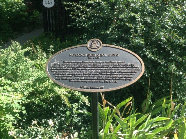 A Heritage Toronto plaque in front of what was the Murray family home on Euclid Avenue. Photo by Erin Sylvester.