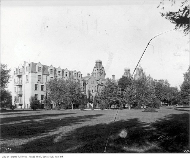 The old Toronto General Hospital as seen from Gerrard Street some time before 1913. Photo from the Toronto Archives, fonds 1587, Series 409, Item 59.