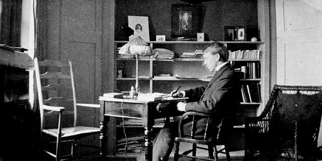 Mackenzie King studying as an undergraduate in 1895. Library and Archives Canada / C-055549.