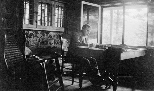 Mackenzie King at his desk in the summer of 1917. Library and Archives Canada / C-003176.