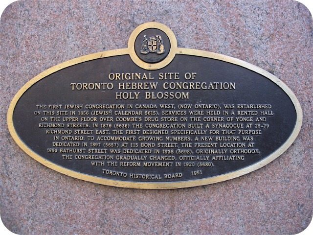 The plaque at 155 Yonge Street marking the original location of the Holy Blossom congregation. Photo by Alan L. Brown of torontoplaques.com.