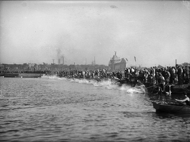 The start of the 21-mile swimming marathon, August 31, 1927.  City of Toronto Archives, Fonds 1266, Item 11411.