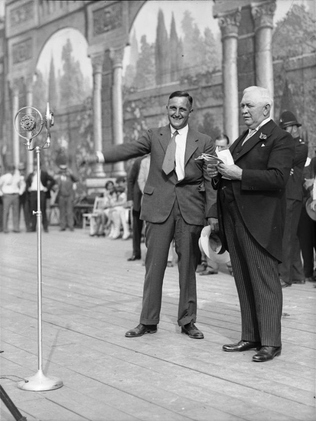 Ernst Vierkoetter in 1929, receiving his second-place prize from mayor Sam McBride.  City of Toronto Archives, Fonds 1266, Item 17793.